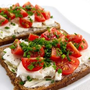 Brot Schafskäse und Tomate