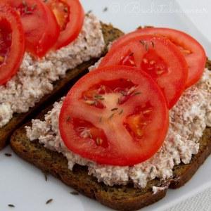 Brot Weizenkleiefrischkäse und Tomate